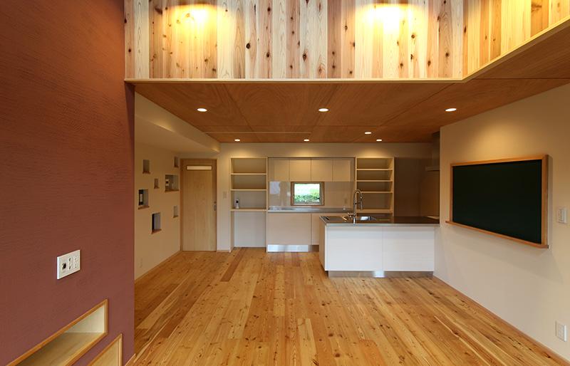 天然素材と格子が景色をつくる家